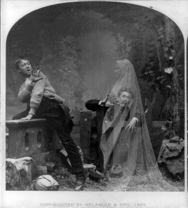 Stéréographie montant un fantôme effrayant un homme et un garçon - Photographie posée et réalisé en studio, 1889 Titre : The Haunted Lane